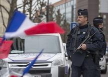 Полицейские патрулируют улицу у магазина кошерных продуктов Hyper Cacher в Париже. 12 января 2015 года. Франция сообщила об аресте на юге страны пятерых россиян - выходцев из Чечни по подозрению в подготовке нападения, о чем сообщил источник в полиции. REUTERS/Yves Herman