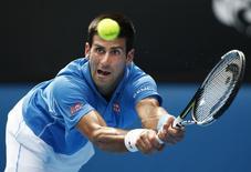 Novak Djokovic, da Sérvia, enfrenta Aljaz Bedene, da Eslovênia, no Aberto da Austrália, em Melbourne, nesta terça-feira. 20/01/2015 REUTERS/Athit Perawongmetha