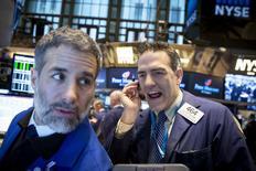 La Bourse de New York a terminé en hausse mardi après avoir longtemps cédé du terrain, l'espoir de voir les grandes banques centrales soutenir l'économie ayant fini par compenser la révision à la baisse des prévisions de croissance du FMI. /Photo prise le 20 janvier 2015/REUTERS/Brendan McDermid