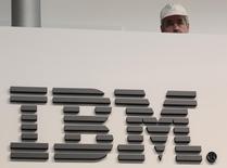 Un trabajador es fotografiado sobre un logo del stand de IBM en la feria de computación, 16 de febrero de 2011. International Business Machines Corp reportó ingresos trimestrales que no cumplieron con las estimaciones de los analistas, mientras se enfrenta a una caída en la demanda por sus servidores y productos de almacenamiento. REUTERS/Tobias Schwarz