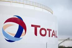 НПЗ Total в Лойне. 19 ноября 2014 года. Французская нефтегазовая компания Total сократит инвестиции в старые месторождения в Северном море и сланцевые месторождения США из-за падения цен на нефть, сказал генеральный директор Патрик Пуйян. REUTERS/Axel Schmidt
