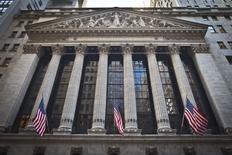 La Bourse de New York a ouvert en baisse mercredi, pénalisée par les perspectives jugées décevantes d'IBM et la prudence des investisseurs à la veille de la réunion de la Banque centrale européenne (BCE) qui pourrait déboucher sur de nouvelles mesures de stimulation économique. Dans les premiers échanges, le Dow Jones perd 0,45%,le Standard & Poor's 500 recule de 0,35% et le Nasdaq Composite cède 0,38%. /Photo prise le 5 janvier 2015/REUTERS/Carlo Allegri