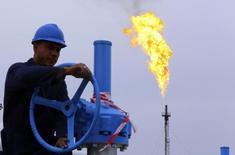 Нефтяник на месторождении Хурмала близ иракского города Эрбиль. 4 декабря 2013 года. Сокращение валового внутреннего продукта (ВВП) стран-экспортёров нефти Ближнего Востока в 2015 году может составить до $300 миллиардов, в то время как экономики государств региона приспосабливаются к падающим ценам на сырьё, сообщил в среду МВФ. REUTERS/Stringer