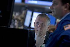 La Bourse de New York a fini en légère hausse mercredi, à l'issue d'une séance volatile à la suite de la publication d'informations de presse rapportant que la Banque centrale européenne (BCE) pourrait annoncer un plan d'achats de dettes de 600 milliards d'euros jeudi et de perspectives moroses pour IBM. /Photo prise le 21 janvier 2015/REUTERS/Brendan McDermid