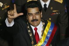 El presidente de Venezuela, Nicolás Maduro, saluda a su llegada a la Asamblea Nacional para dar su discurso anual en Caracas, 21 de enero de 2015.  La economía venezolana decreció un 2,8 por ciento el año pasado, dijo el miércoles el presidente Nicolás Maduro, el peor desempeño en América Latina en medio de una baja sostenida del barril de petróleo, su principal fuente de ingresos. REUTERS/Jorge Silva