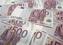 La France et l'Autriche proposent à neuf de leurs partenaires européens la mise en place en 2016 d'une taxe sur les transactions financières dont l'assiette serait large et les taux faibles, dans une lettre obtenue par Reuters. /Photo d'archives/REUTERS/Lee Jae-Won
