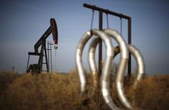 Станок-качалка на нефтяном месторождении в Калифорнии 18 января 2015 года. Цены на нефть растут накануне объявления итогов совещания Европейского центробанка, от которого большинство участников рынка ждут начала скупки гособлигаций. REUTERS/Lucy Nicholson