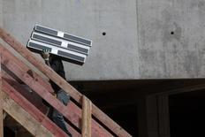 L'activité dans l'artisanat du bâtiment en France s'est contractée de 3% en volume au quatrième trimestre 2014, portant le recul sur l'année à 2%, selon la Confédération de l'artisanat et des petites entreprises du bâtiment (Capeb). /Photo prise le 2 septembre 2014/REUTERS/Philippe Wojazer