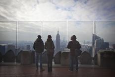 Personas observan el barrio de Manhattan en Nueva York. Imagen de archivo, 15 enero, 2015. El total de estadounidenses que pidieron por primera vez el seguro de desempleo cayó la semana pasada desde un máximo en siete meses, apuntando a una continua mejora en las condiciones del mercado laboral. REUTERS/Carlo Allegri