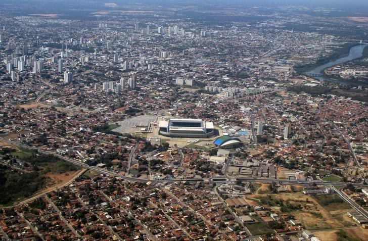 The Arena Pantanal stadium (C)  is seen from a plane leaving Cuiaba June 25, 2014.  REUTERS/Ann Gassenheimer
