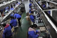 A Hefei, dans la province chinoise d'Anhui. L'activité dans le secteur manufacturier chinois s'est à nouveau contractée en janvier et les entreprises ont dû baisser plus fortement leurs prix pour remporter de nouvelles affaires, ce qui aggrave les inquiétudes face à la montée des pressions déflationnistes, selon l'enquête HSBC/Markit. /Photo prise le 18 janvier 2015/REUTERS