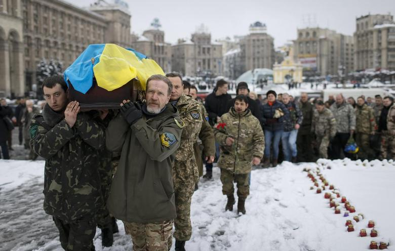 Servicemen from the battalion Aydar carry a coffin bearing the body of their comrade Sergiy Nikonenko, who was killed in the fighting in Luhansk region in eastern Ukraine,during a funeral ceremony at the Independence Square in central Kiev, January 20, 2015.  REUTERS/Gleb Garanich