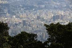 El centro de Caracas visto desde lo alto del Avila. Imagen de arcihvo, 25 agosto, 2014.  El gobierno socialista de Venezuela dijo que su nuevo mecanismo cambiario, el tercero que estará vigente de manera simultánea en el país, operará con una tasa de fluctuación libre y será operado por las casas de bolsa públicas y privadas. REUTERS/Jorge Silva