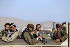 Грузовик с хуситами у президентского дворца в Сане. 22 января 2015 года. Отставка президента Йемена Абд-Раббу Мансура Хади в знак протеста против захвата власти шиитскими мятежниками, хуситами, погрузила страну в хаос и, похоже, застала врасплох поддерживаемых Ираном боевиков. REUTERS/Khaled Abdullah