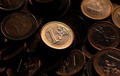 Imagen de archivo de monedas de euro, ilustración tomada en Roma, 9 dic, 2011.  El euro se debilitaba el lunes y se acercaba a un mínimo de 11 años contra el dólar, tras proyecciones que mostraban que el partido de izquierda griego Syriza había ganado una elección anticipada, lo que eleva el riesgo de que el país demande una renegociación de su deuda y el fin de las medidas de austeridad. REUTERS/Tony Gentile
