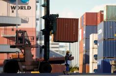 Les exportations japonaises ont bondi de 12,9% en décembre sur un an, leur plus forte hausse de l'année, permettant de réduire le déficit commercial ce mois-là même s'il a atteint un montant record sur l'ensemble de 2014. /Photo prise le 17 décembre 2014/REUTERS/Thomas Peter