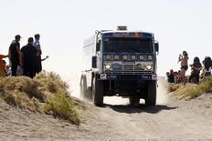 Экипаж Владимира Чагина во время гонки Дакар-2010 в Аргентине 15 января 2010 года. Менеджмент крупнейшего в РФ производителя грузовиков Камаза прогнозирует прибыль по международным стандартам в 2014 году, несмотря на сложный рынок, сообщила компания в понедельник. REUTERS/Jacky Naegelen