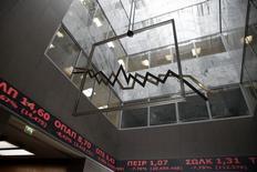 Hall d'accueil de la Bourse d'Athènes. Les Bourses européennes ont ouvert en baisse lundi, surtout en périphérie de la zone euro, effaçant une partie de leurs gains de la semaine dernière dans la crainte que le résultat des élections en Grèce ne débouche sur un conflit avec les bailleurs de fonds du pays et un regain d'instabilité en Europe. /Photo prise le 15 octobre 2014/REUTERS/Alkis Konstantinidis
