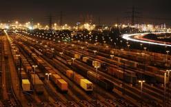Грузовые ж/д составы в Гамбурге. 15 ноября 2007 года. Крупнейший в РФ железнодорожный контейнерный оператор Трансконтейнер в 2014 году увеличил перевозки грузов на 0,9 процента до 1,467 миллиона TEU (эквивалент двадцатифутового контейнера), сообщила компания в понедельник. REUTERS/Christian Charisius