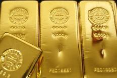 Слитки золота в магазине Ginza Tanaka в Токио 23 октября 2009 года. Цены на золото снижаются за счет фиксации прибыли после роста котировок до пятимесячного максимума на прошлой неделе. REUTERS/Issei Kato