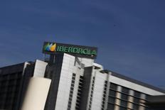 El logo de Iberdrola visto en las oficinas principales de la compañía en Madrid. Imagen de archivo, 6 octubre, 2014.  El fabricante español de aerogeneradores Gamesa dijo el martes que instalará 42 turbinas con una potencia conjunta de 84 megavatios en tres parques eólicos de su accionista Iberdrola y de Neoenergía en el estado brasileño de Río Grande do Norte. REUTERS/Susana Vera