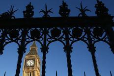 La torre del Big Ben vista a través de una reja en el centro de Londres. Imagen de archivo, 13 enero, 2015. La economía británica registró su tasa de crecimiento anual más alta desde 2007 pese a una ralentización mayor de lo previsto en los últimos tres meses de 2014, enviando señales dispares solo 100 días antes de que los británicos vayan a las urnas. REUTERS/Stefan Wermuth