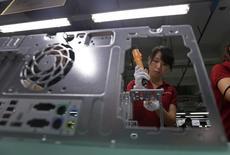Foxconn Technology Group, le plus important sous-traitant du monde dans le secteur de l'électronique, prévoit une réduction de ses effectifs face au ralentissement de la croissance de son chiffre d'affaires et à la hausse des salaires en Chine. /Photo d'archies/REUTERS