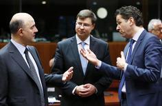 Les commissaires européens aux Affaires économiques et financières Pierre Moscovici, à l'Euro et au dialogue social Valdis Dombrovskis et le ministre des Finances néerlandais et président de l'Eurogroupe Jeroen Dijsselbloem (de gauche à droite), mardi à Bruxelles. Les ministres des Finances de l'Union européenne ont décidé mardi de prêter 1,8 milliard d'euros supplémentaires à l'Ukraine, dont l'économie est en grande difficulté. /Photo prise le 27 janvier 2015/REUTERS/François Lenoir