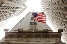 La Bourse de New York a ouvert en net recul mardi, affectée par une nouvelle baisse des commandes de biens durables en décembre et par des publications trimestrielles décevantes de poids lourds de la cote comme Microsoft et Caterpillar. Dans les premiers échanges, le Dow Jones perdait 1,66%, le S&P-500 reculait de 1,31% et le Nasdaq lâchait 1,70%. /Photo d'archives/REUTERS/Lucas Jackson