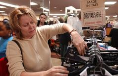 Imnagen de archivo de una cliente realizando compras al interior de una tienda de la cadena Century 21 en Nueva York, mar 1 2002.  La confianza del consumidor estadounidense se fortaleció en enero y alcanzó sus niveles más altos en más de siete años, apoyada en el optimismo en torno al mercado laboral y por la economía general, según un informe del sector privado divulgado el martes. Reuters/Stringer