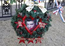 Homenagem ao astro Elvis Presley, que completaria 80 anos, deixada em seu túmulo na casa dele em Graceland, Memphis. 8/1/2015 REUTERS/Karen Pulfer Focht