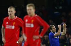Branislav Ivanovic, do Chelsea, comemora gol contra o Liverpool durante semifinal da Copa da Liga, no Stamford Bridge, em Londres, nesta terça-feira. 27/01/2015 REUTERS/Eddie Keogh