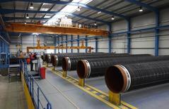 Трубы для газопровода Nord Stream на заводе на острове Рюген в Балтийском море. 8 апреля 2010 года. Монополист в экспорте природного газа - Газпром -  отказался от планов расширения газопровода Северный поток и продления его до Великобритании, сообщили Рейтер два источника в Газпроме. REUTERS/Christian Charisius
