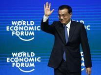 El primer ministro de China, Li Keqiang, durante un evento económico realizado en Davos. Imagen de archivo, 21 enero, 2015.  China planea recortar su meta de expansión en torno a un 7 por ciento en el 2015, su objetivo más bajo en 11 años, dijeron fuentes.  REUTERS/Ruben Sprich