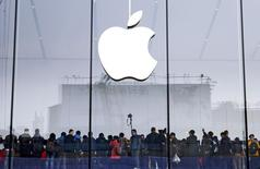 Consumidores se reúnen para la inauguración de una tienda de Apple en Hangzhou, provincia de Zhejiang. Imagen de archivo, 24 enero, 2015. Apple Inc reportó el martes un crecimiento del 29,5 por ciento en sus ingresos trimestrales, mucho mejor al estimado y apuntalado por las ventas récord de sus teléfonos iPhone 6 y 6 Plus durante la última temporada navideña. REUTERS/Stringer