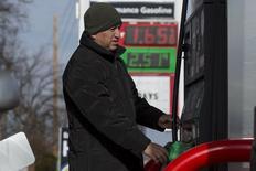 Una persona carga combustible en una gasolinera Phillips 66 en Troy, EEUU, ene 17 2015. Los inventarios de petróleo en Estados Unidos alcanzaron un récord la semana pasada, en su tercer semana consecutiva al alza en medio de un exceso global de suministros, mostró el miércoles un informe de la gubernamental Administración de Información de Energía.  REUTERS/Whitney Curtis