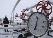 A worker inspects valves and pipes at an oil gathering station owned by Bashneft company near the village of Shushnur, northwest from Ufa, Bashkortostan, January 28, 2015.  REUTERS/Sergei Karpukhin