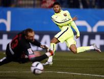Neymar marca  contra o Atlético de Madri pelas quartas de final da Copa do Rei em Madri. 28/01/2015 REUTER/Sergio Perez