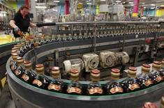 Бутылки виски Johnnie Walker на заводе в Глазго. 24 марта 2011 года. Прибыль крупнейшего производителя алкогольных напитков в мире Diageo по итогам шести месяцев к концу декабря не оправдала ожиданий из-за негативного влияния курсовых разниц и снижения цен на водку в США, самом большом и прибыльном рынке для компании. REUTERS/David Moir
