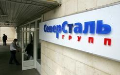 Вывеска с логотипом Северстали у входа в офис компании в Москве. 26 мая 2006 года. Одна из крупнейших сталелитейных компаний в РФ Северсталь запланировала инвестпрограмму на год в объеме 30 миллиардов рублей. REUTERS/Shamil Zhumatov