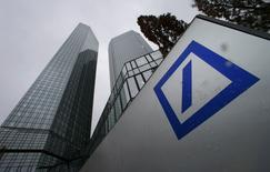 Contre toute attente, Deutsche Bank annonce un résultat imposable positif (253 millions d'euros) au titre du quatrième trimestre 2014, grâce à une baisse surprise des coûts liés aux litiges et à un gain exceptionnel. /Photo prise le 29 janvier 2015/REUTERS/Ralph Orlowski