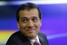 El ministro de Economía de Perú, Alonso Segura, en una entrevista radial en Lima, sep 16 2014. La economía peruana crecería este año alrededor del 4,8 por ciento, dijo el jueves el ministro de Economía Alonso Segura, una proyección menor frente a estimados anteriores del Gobierno, en medio de la incertidumbre global y la debilidad de los precios de los metales. REUTERS/Mariana Bazo