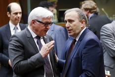 Министр иностранных дел Германии Франк-Вальтер Штайнмайер и его польский коллега Гжегож Схетына на встрече глав МИД ЕС в Брюсселе. 29 января 2015 года. Министры иностранных дел Евросоюза согласились в четверг продлить заморозку активов и запрет на въезд десятков россиян и украинцев, которые попали в санкционный список в марте прошлого года, сказали дипломаты. REUTERS/Francois Lenoir