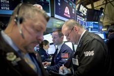 Трейдеры на фондовой бирже в Нью-Йорке. 29 января 2015 года. Американские фондовые рынки выросли в четверг благодаря ралли во второй половине дня, которое было вызвано повышением цен на нефть и котировок Apple и Boeing. REUTERS/Brendan McDermid