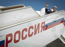 Госсекретарь США Джон Керии выходит из самолета в аэропорту Внуково. 8 мая 2013 года. Москва и Вашингтон рассматривают вопрос о возможном визите в Россию госсекретаря США Джона Керри для обсуждения кризиса на Украине, сообщают дипломатические источники. REUTERS/Mladen Antonov/Pool