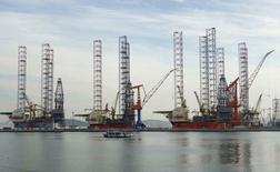 Строящиеся буровые платформы на верфи в Даляне. 11 сентября 2013 года. Роснефть откладывает бурение второй разведочной скважины в Карском море с лета 2015 года на лето 2016 года, после того как партнер госкомпании американский ExxonMobil был вынужден покинуть проект из-за санкций США в отношении России, сказали Рейтер два источника в российской компании. REUTERS/China Daily