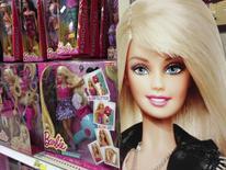Куклы Barbie в отделе игрушек магазина в Энсинитасе, Калифорния. 14 октября 2014 года.  Продажи производителя игрушек Mattel Inc упали в четвертом квартале прошлого года, в том числе из-за снижения спроса на кукол Barbie. REUTERS/Mike Blake