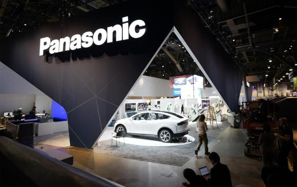Exhibitors prepare the Panasonic exhibit space ahead of the International Consumer Electronics show (CES) in Las Vegas, Nevada January 5, 2015. The show officially opens on January 6. REUTERS/Rick Wilking (UNITED STATES - Tags: BUSINESS SCIENCE TECHNOLOGY)