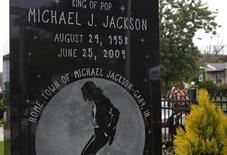 Un tribunal de apelaciones del estado de California rechazó el más reciente intento de la familia de Michael Jackson por revertir la decisión del jurado que absolvió de negligencia en la muerte del cantante a la promotora de conciertos AEG Live. En la imagen, monumento a Michael Jackson en su ciudad natal, Gary, Indiana, en una fotografía de archivo tomada el 29 de agosto de 2014.. REUTERS/Jim Young
