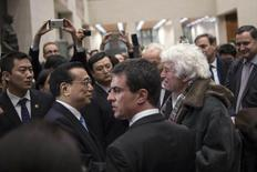 French Prime Minister Manuel Valls (C) and Chinese Premier Li Keqiang (L) speak with French film director Jean-Jacques Annaud during a visit at the China's National Museum in Beijing January 30, 2015.  REUTERS/Fred Dufour/Pool